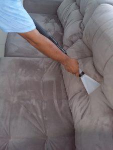 איש מנקה ספה